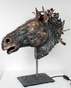 Sculpture de Philippe Buil en dentelle de Bronze et d'acier Socle en dentelle d'acier Eclairage integre par l'interieur Cheval- Bouton d'or 54 x 43 x 18 cm 8,2 Kg Piece unique