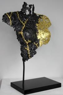 Sculpture de Philippe Buil en dentelle d'acier et Feuilles d'or 24 carats. Socle en marbre Belisama Taka Takata Hauteur 60 cm 8 Kg Piece unique