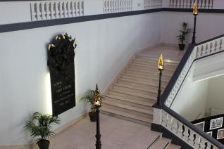 Hall de la mairie de Saint-Etienne - Loire 10 luminaires en forme de flammes réalisés en dentelle d'acier et feuilles d'or 24 carats par le sculpteur Philippe Buil et feuilles de laurier au dessus de la plaque commemorative