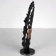 Sculpture représentant un coeur en bronze sur une feuille en dentelle d'acier Au coeur des feuilles