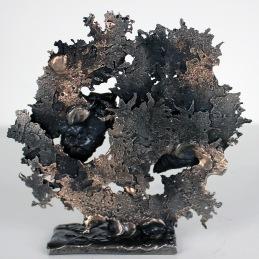 Sculpture représentant deux coeurs en acier sur un arbre bonsaï en dentelle de Bronze et d'acier Coeurs de BonsaÏ