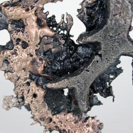 Sculpture représentant un signe du zodiaque sur un support en dentelle de Bronze et d'Acier Hauteur 12 cm