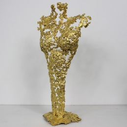 Sculpture représentant une silhouette de femme en métal : dentelle de Bronze, d'acier recouvert à la feuille d'or 24 carats Pavarti Elle Pièce unique
