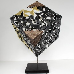 Sculpture de Philippe Buil en metal : Cube en acier avec des coins en dentelles de bronze et une partie du cube est recouverte de feuilles or 24 carats pièce unique