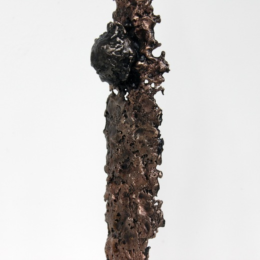 Sculpture représentant un personnage avec des planches de surf en gouttes de Bronze et d'acier