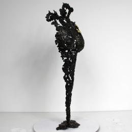 Sculpture représentant le corps d'une femme en métal : dentelle d'acier avec deux papillons recouverts à la feuille d'or 24 carats Pavarti Ofelia Pièce unique