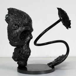 Sculpture représentant une tête de mort avec une fleur en dentelle d'acier Fleur de vanité