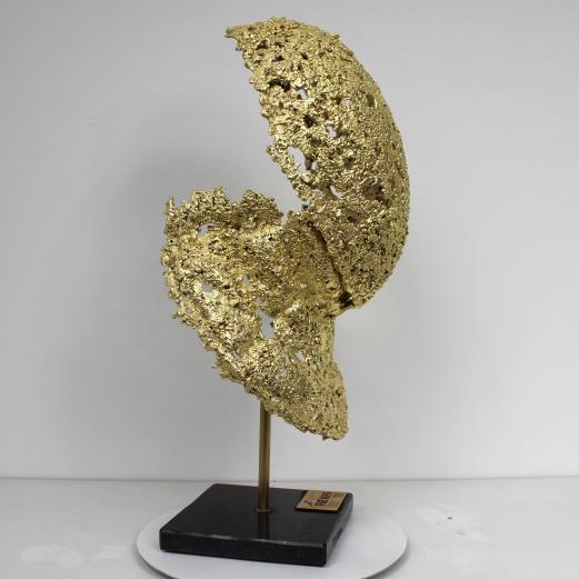 Sculpture de Philippe Buil en metal : dentelle acier recouvert à la feuille d'or 24 carats Masque d'escrime Trophée Fédération Internationale d'Escrime - FIE