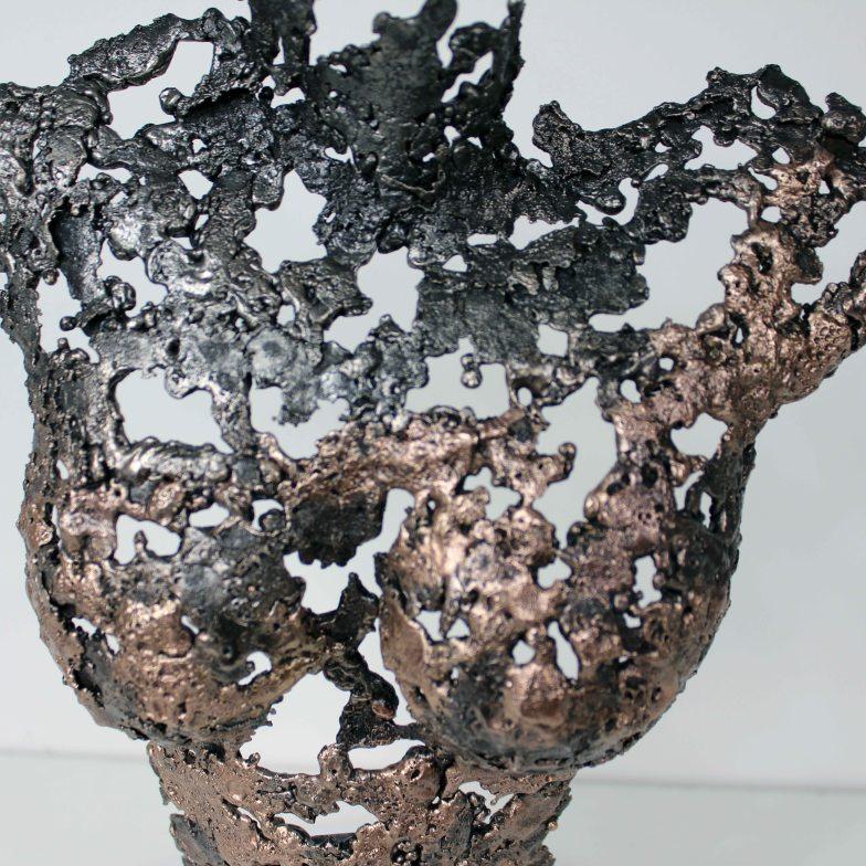 Sculpture représentant le corps d'une femme en métal : dentelle de bronze et d'acier Pavarti Bouddha Pièce unique Sculpture depicting the body of a metal woman: bronze and steel lace Pavarti Buddha Single piece
