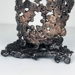 Sculpture représentant le corps d'une femme en métal : dentelle de bronze et d'acier Pavarti Clémence Pièce unique Sculpture depicting the body of a metal woman: bronze and steel lace Pavarti Clémence Single piece