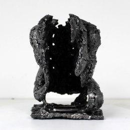 Sculpture représentant le corps d'un homme en métal : dentelle d'acier Pavarti Oceanie Pièce unique Sculpture representing the body of a metal man: steel lace Pavarti Oceanie Single piece