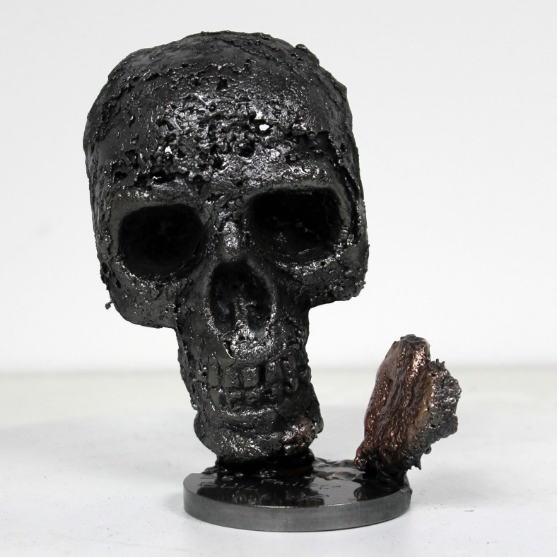 35 - Un coeur de vanité - Sculpture Philippe Buil - Tete de mort en acier et coeur en bronze heart Steel skull 1.JPG