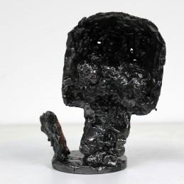 Sculpture représentant un coeur en bronze sur une tête de mort en dentelle d'acier Un coeur de vanité Sculpture depicting a bronze heart on a steel lace skull A heart of vanity