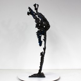 Sculpture représentant le corps d'une femme en métal : dentelle d'acier Pavarti Avatar I Pièce unique Sculpture representing the body of a woman in metal: steel lace Pavarti Avatar I Single piece