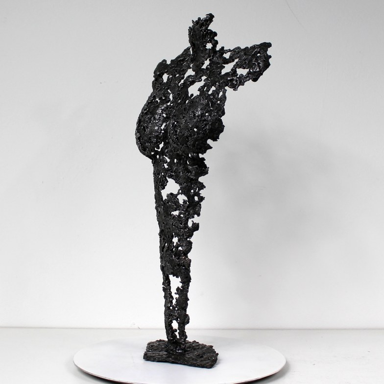 Sculpture représentant le corps d'une femme en métal : dentelle d'acier Pavarti black coffee Pièce unique Sculpture representing the body of a woman in metal: steel lace Pavarti black coffee Single piece