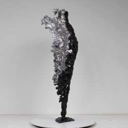 Sculpture représentant le corps d'une femme en métal : dentelle d'acier et chrome Pavarti émergence Pièce unique Sculpture representing the body of a woman in metal: steel lace and Chromium Pavarti circle pixel Single piece