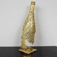 Sculpture représentant une bouteille en dentelle d'acier et recouvert à la feuiille d'or sculpture Philippe BUIL Sculpture representing a bottle of steel lace and covered with gold leaf