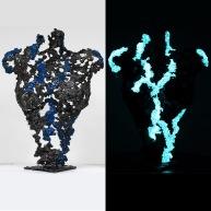 Sculpture représentant le corps d'une femme en métal : dentelle d'acier avec une résine bleue fluorescente Pavarti petite bleue Pièce unique Sculpture representing the body of a woman in metal: steel lace Pavarti small bleu Single piece