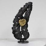 Sculpture représentant un coeur sur une feuille en dentelle d'acier et feuiille d'or sculpture Philippe BUIL Sculpture representing a heart on a sheet of steel lace and gold leaf